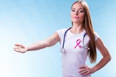 Лента пинка женщины на комоде делая радушный жест стоковое изображение rf