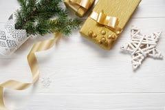 Лента подарка звезды и золота рождества модель-макета, flatlay на белой деревянной предпосылке, с местом для вашего текста Стоковые Фото