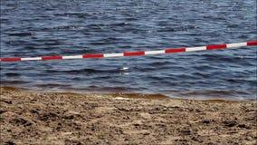 Лента предосторежения барьера на купать озеро, отсутствие непрерывности сток-видео