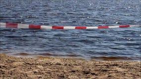 Лента предосторежения барьера на купать озеро, отсутствие непрерывности видеоматериал