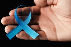 лента рака предстательной железы, концепция рака толстой кишки, голубая лента Стоковые Фотографии RF