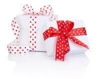 Лента сатинировки 2 белых коробок связанная с символом сердца обхватывает  Стоковое Изображение RF