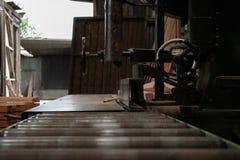 Ленточнопильный станок в мельнице древесины тимберса Стоковая Фотография