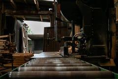 Ленточнопильный станок в мельнице древесины тимберса Стоковое фото RF
