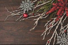 Ленты и кристалл на деревенской деревянной предпосылке Стоковое Изображение