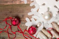 Ленты шарика красного и белого рождества на деревянной предпосылке около сосны снежинки invitation new year Рамка Взгляд сверху Стоковые Фото