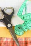 Лент-линия, ножницы и образцы ткани закрывают вверх Стоковая Фотография RF