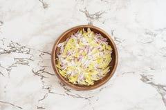 Лепестки белых и желтых хризантем в деревянном шаре на мраморной предпосылке Стоковая Фотография RF