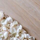 Лепестки белой розы на деревянной предпосылке с космосом для вашего текста Стоковые Изображения RF
