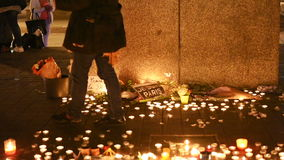 Лепестки женщины бросая пока люди смотрят свечи акции видеоматериалы