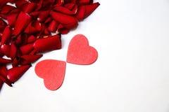 Лепестки и сердце красных роз Стоковое Фото