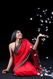 лепестки красивейшей девушки индийские подняли Стоковые Изображения