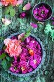 Лепестки розы в миномете Стоковые Фото