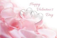 Лепестки розы с стеклянными сердцами Стоковое Фото