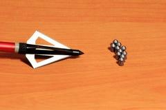 Лепешки воздушного пульверизатора на деревянной предпосылке стоковые изображения