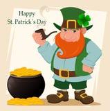 Лепрекон шаржа счастливый Характер при зеленая шляпа, красная борода, куря труба и клевер 4 лист стоя близко бак Стоковые Фотографии RF