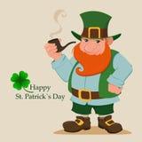 Лепрекон шаржа счастливый Характер с зеленой шляпой, красной бородой, куря трубой и клевером 4 лист Стоковая Фотография