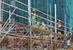 Леса используемые для того чтобы поддержать платформу или сформировать работу для рабочий-строителей для работы Стоковая Фотография RF