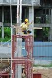 Леса используемые для того чтобы поддержать платформу или сформировать работу для рабочий-строителей для работы Стоковое фото RF