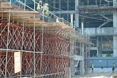 Леса используемые для того чтобы поддержать платформу или сформировать работу для рабочий-строителей для работы Стоковое Изображение RF