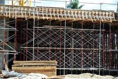 Леса используемые для того чтобы поддержать платформу или сформировать работу для рабочий-строителей для работы Стоковое Изображение