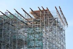 Леса используемые для того чтобы поддержать платформу для рабочий-строителей для работы Стоковое Изображение RF