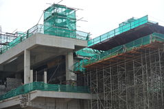 Леса используемые для того чтобы поддержать платформу для рабочий-строителей для работы Стоковые Фотографии RF