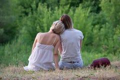 2 лесбиянки в природе стоковые изображения