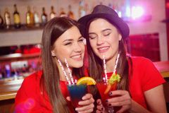 2 лесбиянки маленьких девочек на партии в клубе стоковые фотографии rf