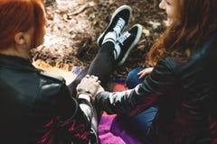 Лесбосские девушки держа руки Стоковое Изображение RF