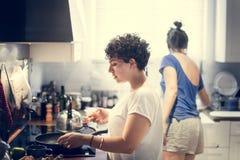 Лесбосские пары варя в кухне совместно стоковая фотография rf