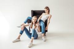 Лесбосские пары на кресле Стоковое Фото