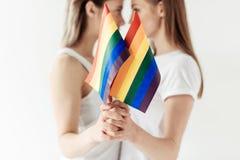 Лесбосские пары с малыми флагами радуги Стоковая Фотография RF