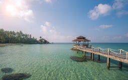 Лесистый мост к павильону на острове Kood Koh с белым bea песка Стоковая Фотография