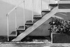 Лестница абстрактного черно-белого взгляда со стороны изображения белая малая идя вверх Стоковое Изображение RF