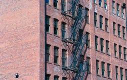 Лестница аварийного выхода промышленного здания Стоковое Фото