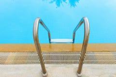 лестница бассеина плавая к Стоковая Фотография RF