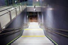 Лестница внутри общественной станции метро Стоковые Фото