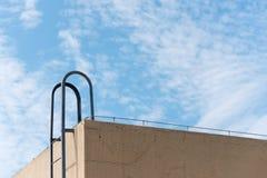 Лестница водя к крыше здания против голубого неба стоковая фотография rf