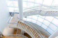 Лестница в доме с белым интерьером стоковые фото
