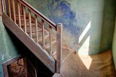 Лестница в покинутом kolmanskop дома Стоковое фото RF