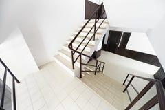 Лестница в самомоднейшей гостинице стоковая фотография