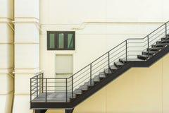 лестница для пожарной лестницы с стальными перилами и лестницей Стоковое фото RF