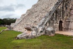 Лестница змея головная в пирамиде El Castillo, Chichen Itza, Mexi Стоковая Фотография RF