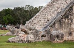 Лестница змея головная в пирамиде El Castillo, Chichen Itza, Mexi Стоковые Фотографии RF