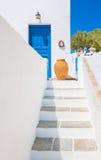 Лестница и ваза около голубой двери, Sifnos, Греции Стоковые Изображения