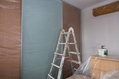Лестница и инструменты для красить и мебель с прозрачный защитный покрывать стоковые изображения rf