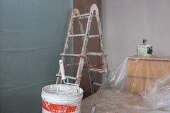 Лестница и инструменты для красить и мебель с прозрачный защитный покрывать стоковые фотографии rf
