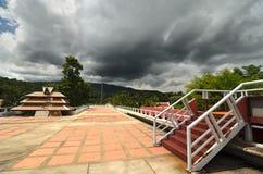 Лестница и крыша под сногсшибательным бурным небом Стоковое Изображение