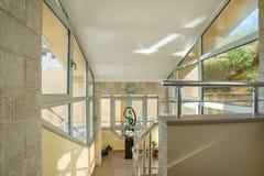 Лестница и лобби в частной вилле Стоковые Изображения
